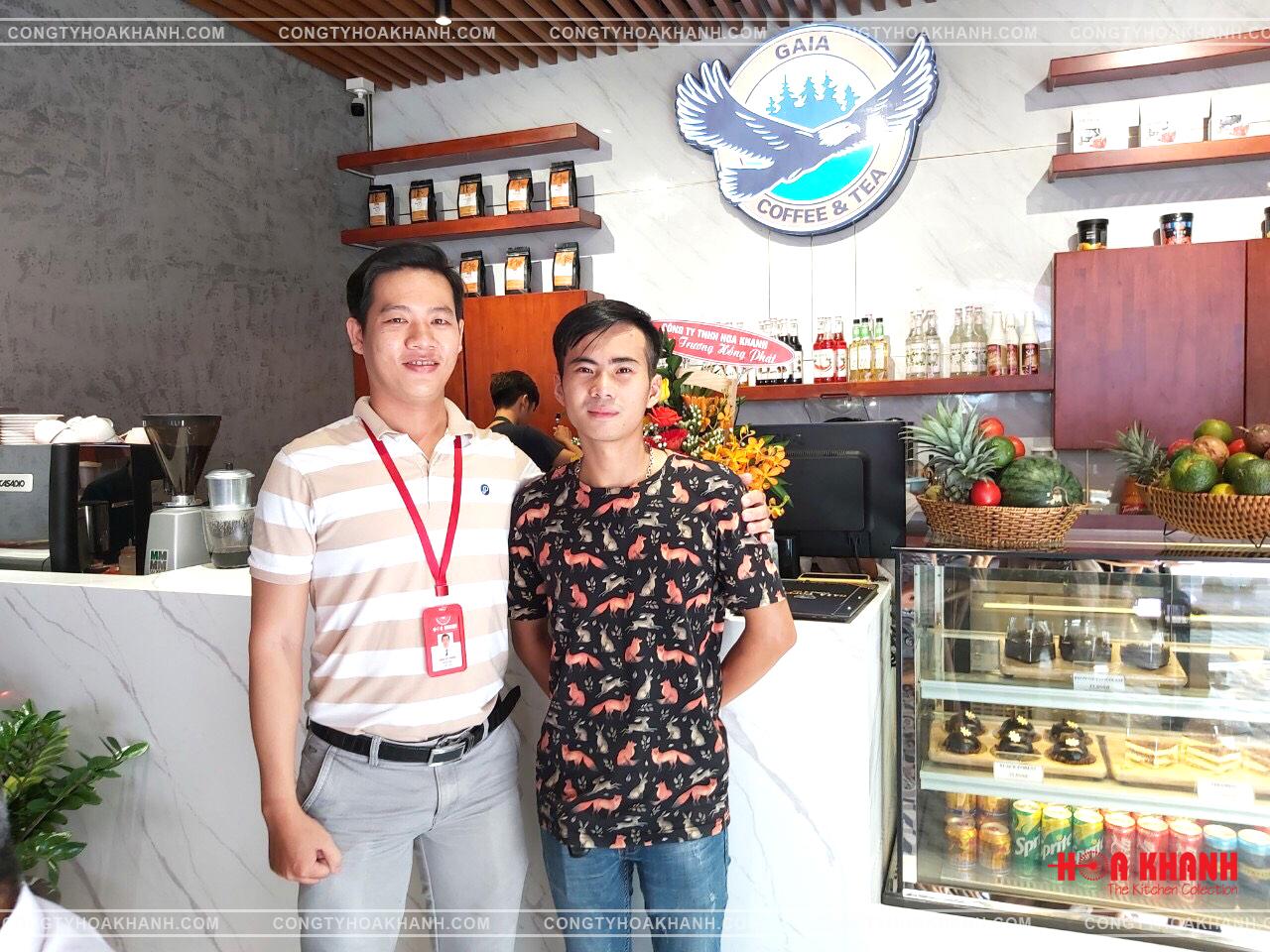 Chủ quán Gaia Coffee (phải) và nhân viên của Hoa Khanh trong ngày khai trương.