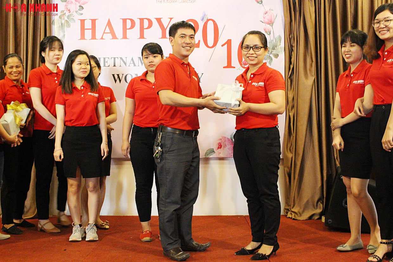 Toàn thể nhân viên nam tặng quà cho các bạn nữ nhân ngày 20-10