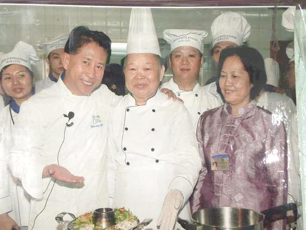 Hình ảnh anh Sang (hàng sau, thứ 2 từ phải sang) cùng hai sư phụ của mình gặp gỡ Vua đầu bếp Martin Yan