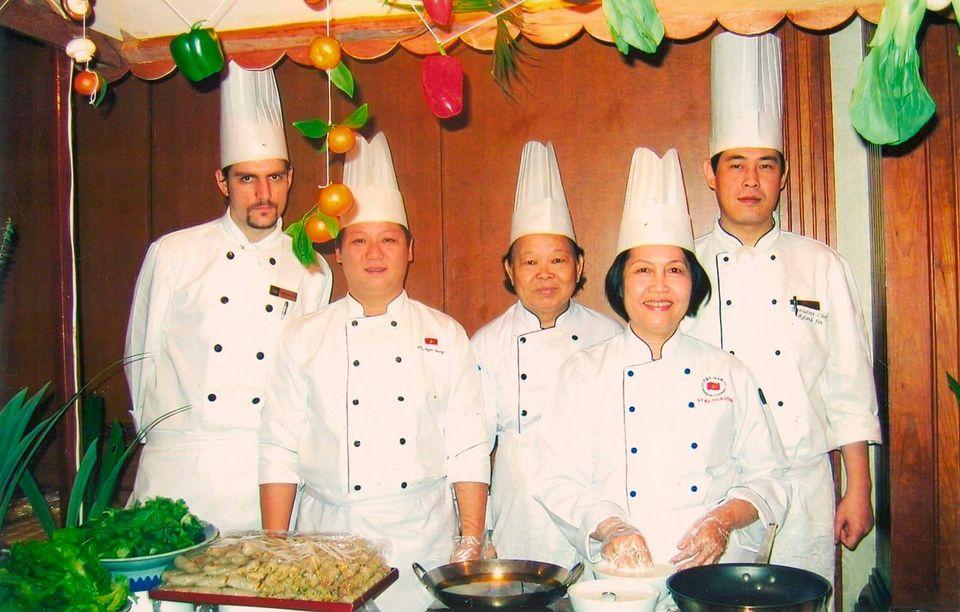 Hình ảnh anh Sang ( thứ 2 từ trái sang) cùng cô Sáu, cô Sương và bạn bè quốc tế trong sự kiện giao lưu văn hóa ẩm thực tại Sri Lanka năm 2006.