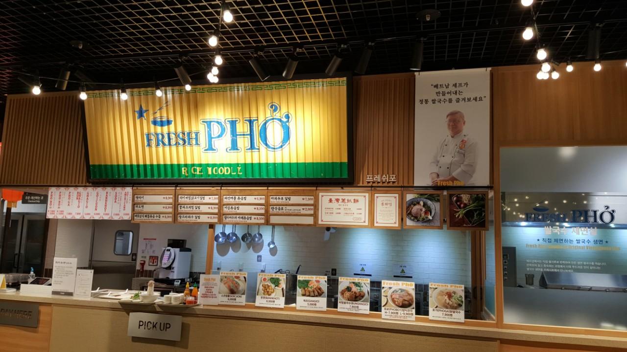 Hình ảnh anh Sang khi làm Bếp trưởng của một nhà hàng Phở tại Hàn Quốc